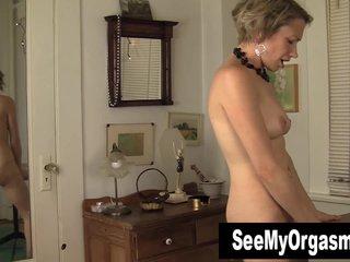 Nutriment MILF Kiki Masturbating Her Pussy