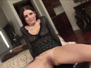 Delicious looker pleasures a heavy lowering dick
