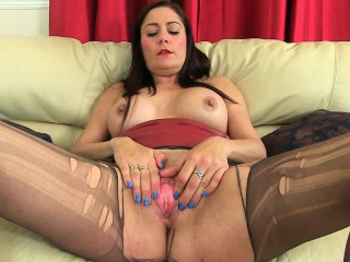 UK milfs Jessica Git and Princess Leia destroying pantyhose