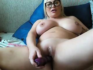 Bosomy milf masturbates prevalent a dildo