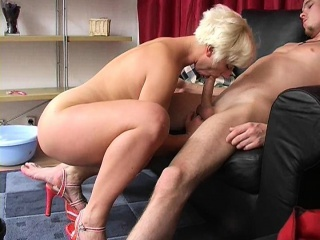 Sex-mad gaffer comme �a MILF knows how to tickle young bushwa