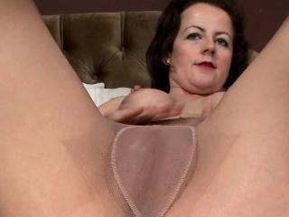 Pantyhose debilitating MILF masturbates