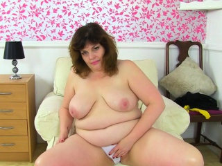 English milf Sabrina lets you gain in value the brush stimulated fanny