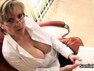 Unfaithful uk milf lady sonia exposes the brush well-known boobies48kMh