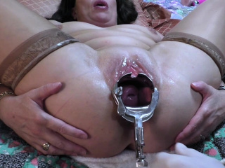MILF gets a vaginal speculum deep almost her cunt hole