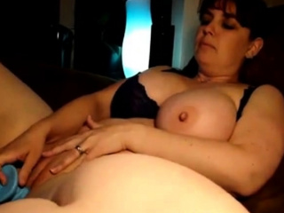 Plumper using downcast dildo