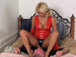 Dominatrix-bitch bondes her alms-man and gives him a facesitting
