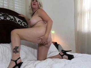 Florida milf Rebecca lets a dildo do its job