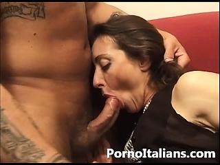 Signora italiana in calore dalla figa pelosa - milf italian pussy hair