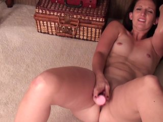 Unpaid milf with chubby ass makes herself cum