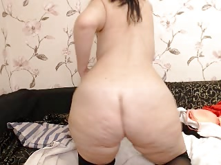 curvy big ass milf in glasses strips on webcam